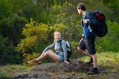 Путешественник человека и женщины outdoors Пара Hikers принимает duri остатков стоковые фотографии rf