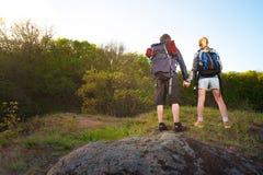 Путешественник человека и женщины outdoors Пары Hikers держа их h Стоковые Фотографии RF