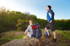 Путешественник человека и женщины outdoors Пары Hikers с рюкзаками Стоковые Изображения RF