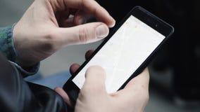 Путешественник человека на поезде Человек ищет положение на карте в телефоне Конец-вверх видеоматериал
