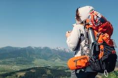 Путешественник backpacker женщины выпивает горячий чай на верхней части горы Стоковая Фотография RF