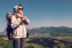 Путешественник backpacker женщины на верхней части горы Стоковые Изображения RF