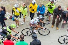 Путешествие Италии: Гонки велосипедиста на грязной улице горы Стоковое Изображение