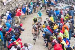 Путешествие Италии: Гонки велосипедиста на грязной улице горы Стоковые Фото