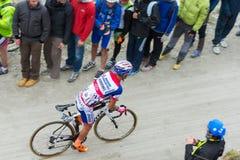 Путешествие Италии: Гонки велосипедиста на грязной улице горы Стоковые Изображения RF