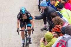 Путешествие Италии: Гонки велосипедиста на грязной улице горы Стоковое фото RF