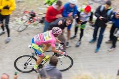 Путешествие Италии: Гонки велосипедиста на грязной улице горы Стоковое Изображение RF