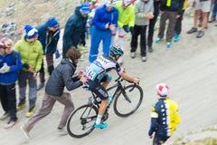 Путешествие Италии: сторонник нажимая велосипедиста на дороге горы Стоковая Фотография RF
