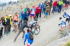 Путешествие Италии: сторонник нажимая велосипедиста на дороге горы Стоковая Фотография