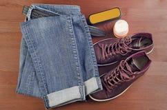 Путешествие одежды на деревянной предпосылке Стоковые Фотографии RF