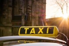 Путешествие перемещения пирофакела захода солнца звонка знака символа такси Outdoors европейское Стоковое фото RF