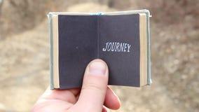 Путешествие, путешественник держит ретро книгу с текстом акции видеоматериалы