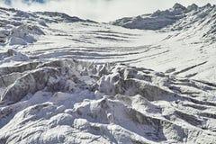 Путешествие через горы Altai к Aktru Пеший туризм к снежным пикам гор Altai Выживание в жестких условиях, красивая природа Стоковое Изображение RF