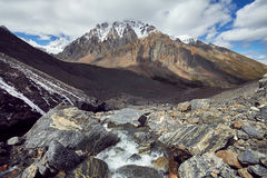 Путешествие через горы Altai к Aktru Пеший туризм к снежным пикам гор Altai Выживание в жестких условиях, красивая природа Стоковые Изображения RF