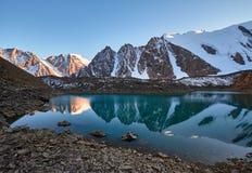 Путешествие через горы Altai к Aktru Пеший туризм к снежным пикам гор Altai Выживание в жестких условиях, красивая природа Стоковое Фото