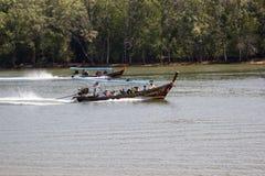Путешествие шлюпки Phang Nga, много туристических достопримечательностей стоковое изображение
