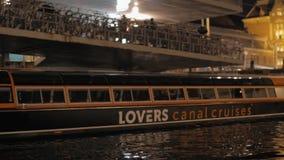 Путешествие шлюпки в ноче Амстердаме акции видеоматериалы