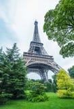 Путешествие Eiffel Ла в Париже окружило деревьями в лете Стоковая Фотография RF