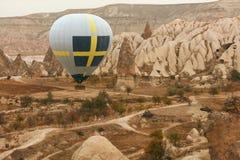 Путешествия Горячее летание воздушного шара над долиной утеса, раздувая стоковое фото rf