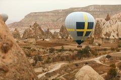 Путешествия Горячее летание воздушного шара над долиной утеса, раздувая стоковое изображение rf