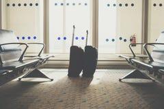 Путешествовать багаж в крупном аэропорте Чемоданы в depa авиапорта Стоковая Фотография