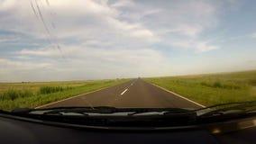 Путешествовать внутри автомобиля в пустой дороге сток-видео