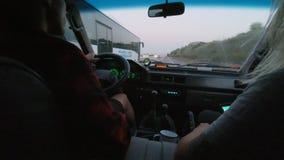 Путешествовать в малом японском фургоне в горах акции видеоматериалы