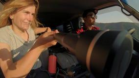 Путешествовать в малом японском фургоне в горах видеоматериал