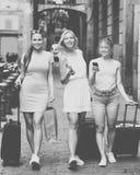 Путешествовать девушки идя с багажом Стоковая Фотография