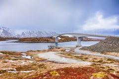 Путешествовать идеи Известные и уникальные мосты Fredvang на островах Lofoten в зимнем времени в Норвегии стоковое изображение