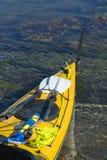 Путешествовать каяк с оборудованием для обеспечения безопасности стоковое изображение