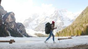 Путешествовать молодой женщины Пеший туризм на lago di braies акции видеоматериалы