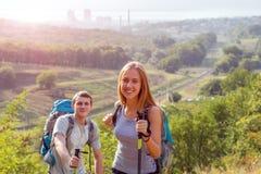 Путешествовать молодого человека и женщины внешний Стоковая Фотография