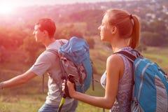 Путешествовать молодого человека и женщины внешний Стоковые Фотографии RF