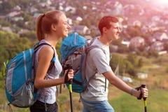Путешествовать молодого человека и женщины внешний Стоковые Изображения