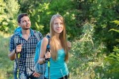 Путешествовать молодого человека и женщины внешний Стоковая Фотография RF