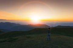 Путешествовать рука победы человека поднимая с succsessful и свободой f Стоковые Фото