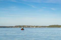 Путешествовать сплавляясь на каяке архипелаг Стокгольма женщины стоковое изображение rf