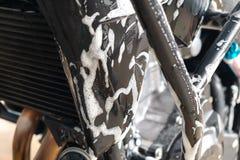 Путешествовать стирка мотоцикла в на открытом воздухе гараже заботы автомобиля стоковое фото