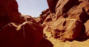 Путешествовать съемка внутри естественного геологохимического образования показывая оранжевые стены и утесы в 4K акции видеоматериалы
