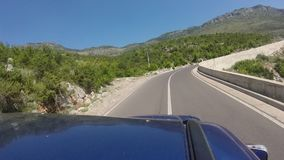 Путешествовать с внедорожным кораблем на curvy шоссе горы с 180 градусами изгибает сток-видео