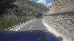 Путешествовать с внедорожным кораблем на curvy шоссе горы с 180 градусами изгибает акции видеоматериалы