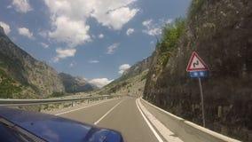 Путешествовать с внедорожным кораблем на curvy шоссе горы с 180 градусами изгибает видеоматериал