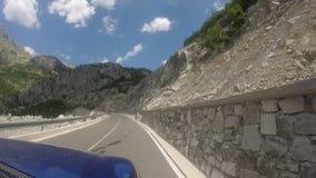 Путешествовать с внедорожным кораблем на curvy шоссе горы акции видеоматериалы