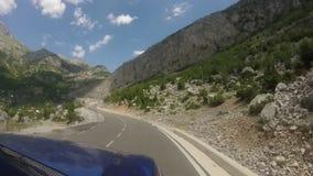 Путешествовать с внедорожным кораблем на curvy шоссе горы видеоматериал