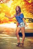 Путешествовать сломленным автомобилем стоковое фото