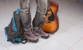 Путешествовать с рюкзаком и гитарой Стоковое Изображение