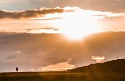 Путешествовать через заход солнца стоковые фотографии rf
