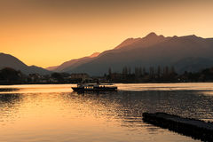 Путешествовать шлюпка в озере Kawaguchi на заходе солнца, Япония стоковое изображение rf