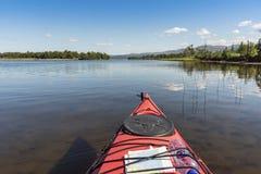Путешествовать kayakering в мелком реке Jämtland Швеции Enan стоковые изображения rf
